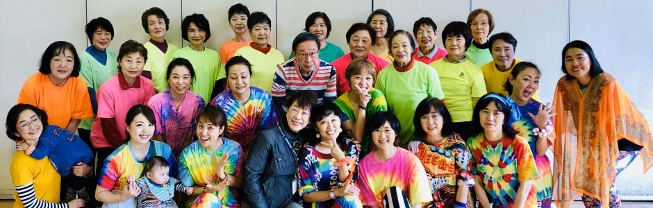 {健康づくりをしながらみんなでニコニコ仲間づくり} 笑顔で楽しく毎日を過ごすために、心と身体の健康づくりをしながら仲間も増やしちゃいましょう。チェア体操・ポールウオーキング・卓球などなど楽しく活動しています。